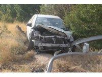 Elazığ'da otomobil direğe çarptı: 1'i çocuk 3 yaralı
