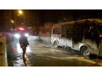 Mersin'de park halindeki yolcu minibüsü alev alev yandı