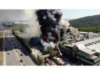 Tuzla'da polyester fabrikasında çıkan yangın havadan görüntülendi