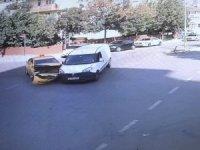 Taksi ile hafif ticari araç kafa kafaya çarpıştı: 2 yaralı