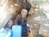 Yıllardır mağarada yaşayan adam kulübeye taşındı