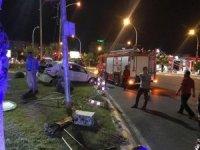 Şanlıurfa'da otomobil refüje çarptı: 2 yaralı
