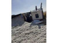 Diyarbakır'da pamuk yüklü kamyon devrildi: 1 yaralı