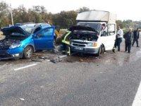Otomobil ile kamyonet çarpıştı: 3 yaralı