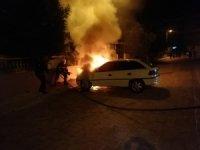 Park halindeki otomobilde çıkan yangına paniğe neden oldu