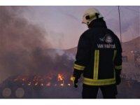 İş merkezinin çatısı alev alev yandı