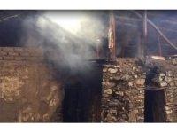 Keban'da boş ev yandı
