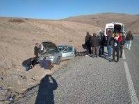 Otomobil yoldan çıktı: 2 yaralı