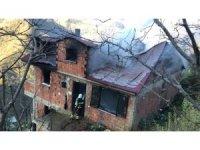 Ev yanarak kül oldu