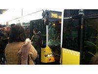 Fikirtepe metrobüs durağında iki metrobüs birbirine girdi. Olay yerine çok sayıda ambulans sevk edildi.