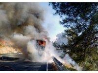 Kuşadası'ndan Marmaris'e gıda taşıyan tır alev alev yandı