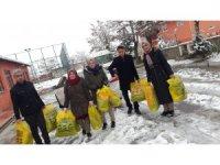 Lise öğrencilerinden köy okullarındaki öğrencilere yardım