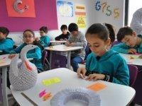 Öğrenciler düşünce kaslarını geliştirmek için origami yapıyor