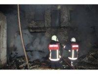 Mersin'de 2 katlı metruk binada yangın çıktı