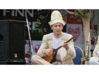 Kazakistan'da geleneksel halk müzik grubu, aralıksız 75 ezgi çaldı