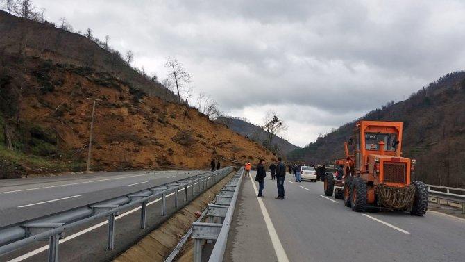 Trabzon'da heyelan, Uzungöl yolu ulaşıma kapandı