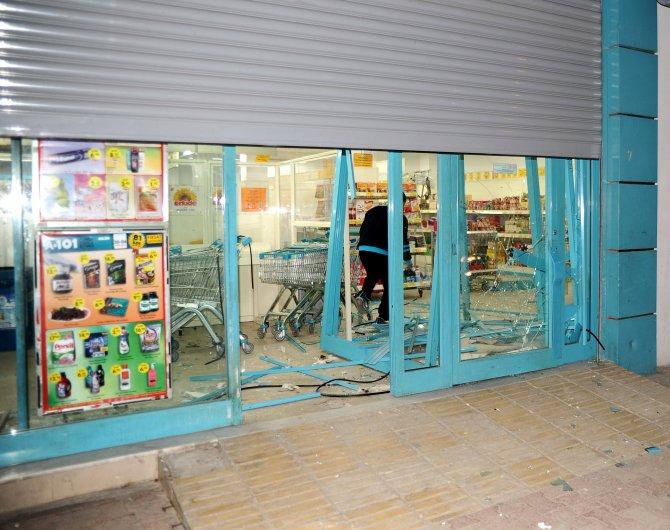 Mersin'de üç markete el yapımı patlayıcı atıldı
