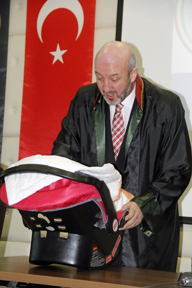 Avukatlık ruhsatını 2 aylık bebeğiyle aldı