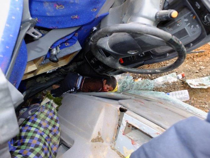 Şanlıurfa'da kamyon devrildi: 2 yaralı