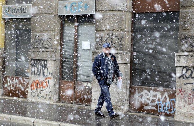 Saraybosna'ya nisanda kar yağdı