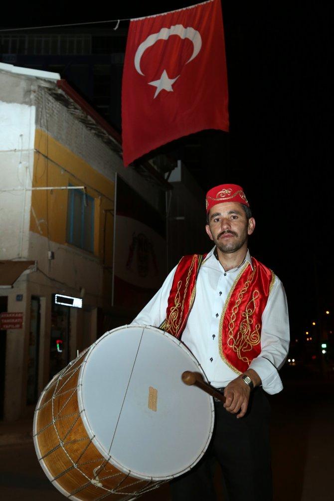 Çorumluları fesli ve yelekli davulcular Mehter Marşı ile sahura kaldırdı