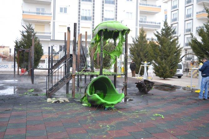 Çocuk parkındaki oyuncaklar yandı