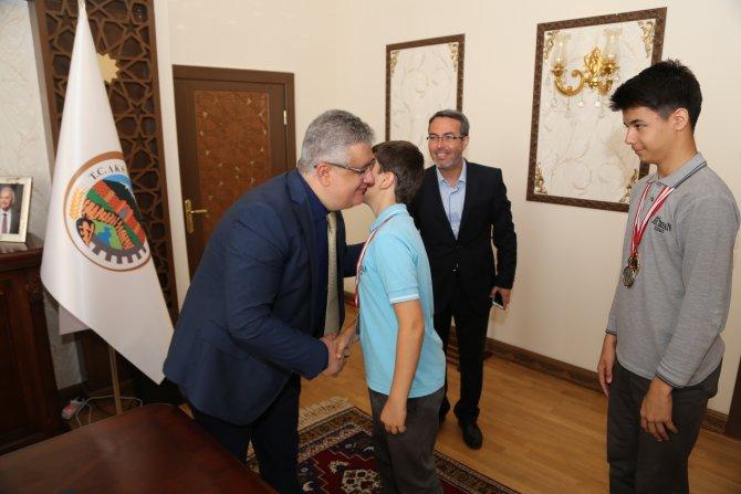 Öğrencilerin Aksaray Valisi Pekmez'i ziyareti