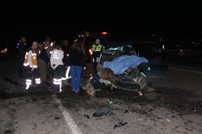 Otomobil yol kenarındaki tıra çarptı: 3 ölü, 2 yaralı