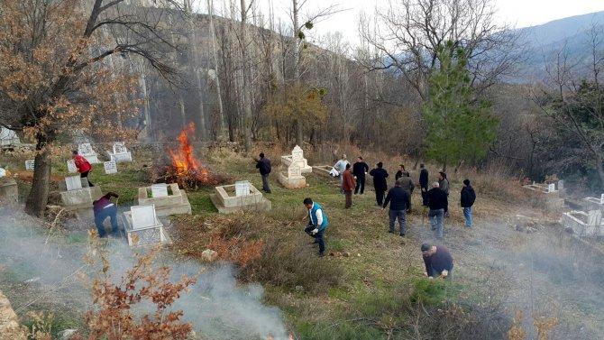 Köylülerden mezarlık temizliği