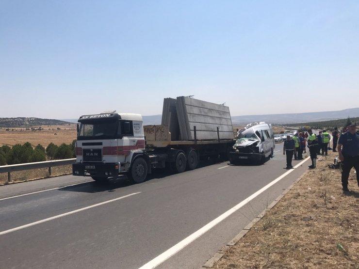Kahramanmaraş'ta minibüs tıra çarptı: 1 ölü, 13 yaralı