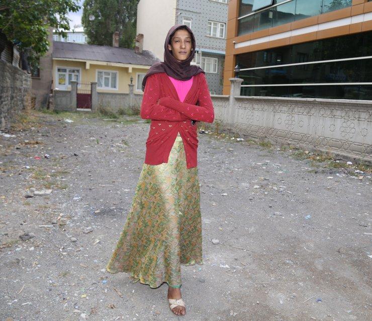GÜNCELLEME - 2 metrelik genç kız hastalığından kurtulmak istiyor