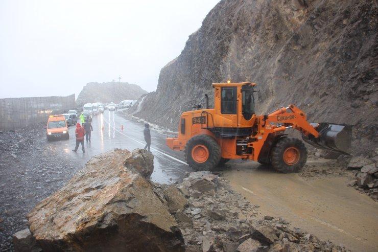 Dağdan kopan kayaların kapattığı yol açıldı