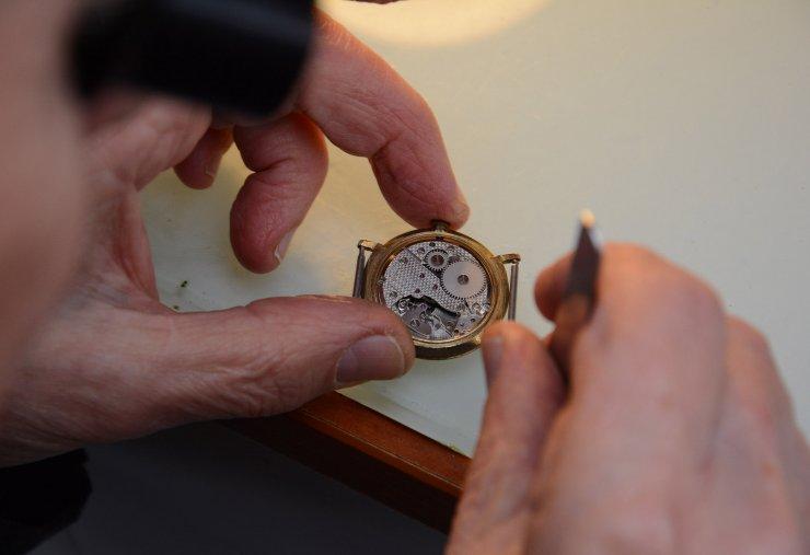 Yarım asırdır sevdalinka söyleyip saat tamir ediyor