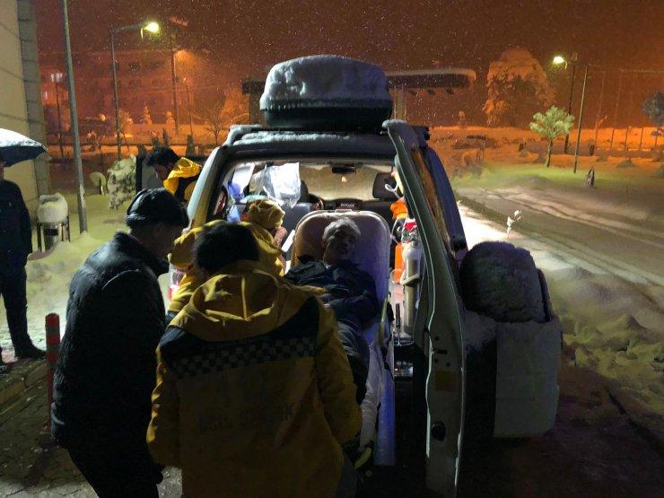 Rahatsızlanan kişi hastaneye paletli ambulansla taşındı