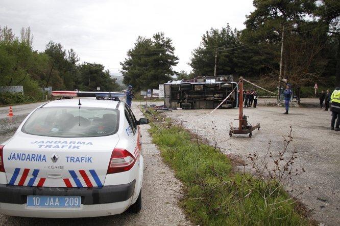 GÜNCELLEME 2 - Manisa'da tarım işçilerini taşıyan midibüs devrildi: 2 ölü, 11 yaralı