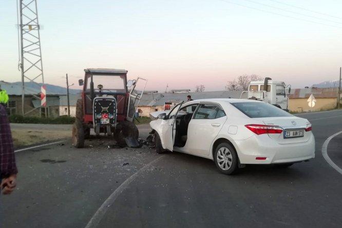 Elazığ'da otomobil ile traktör çarpıştı: 5 yaralı