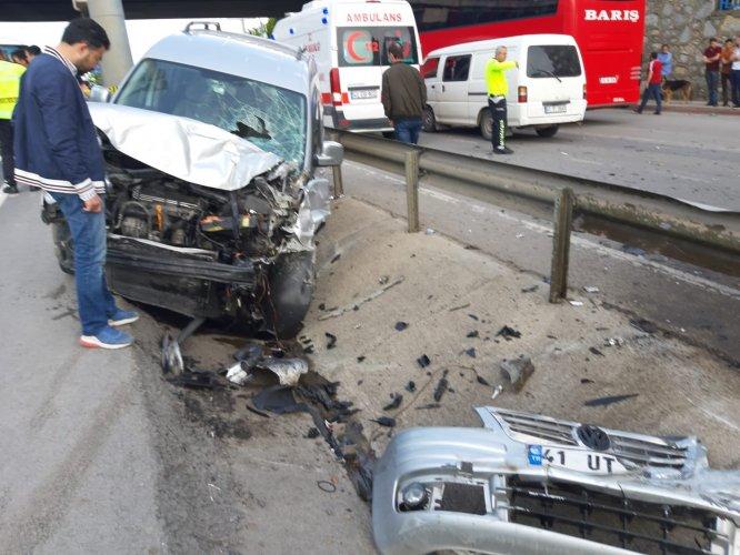 GÜNCELLEME - Midibüs ile hafif ticari araç çarpıştı: 1 ölü, 15 yaralı