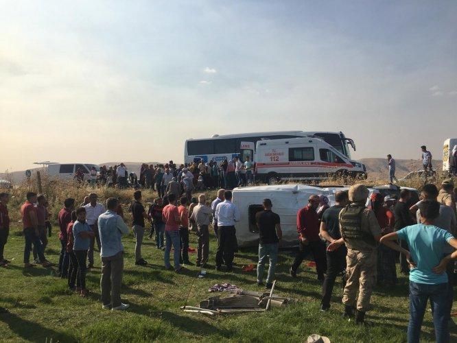 Mardin'de işçileri taşıyan minibüs devrildi: 16 yaralı