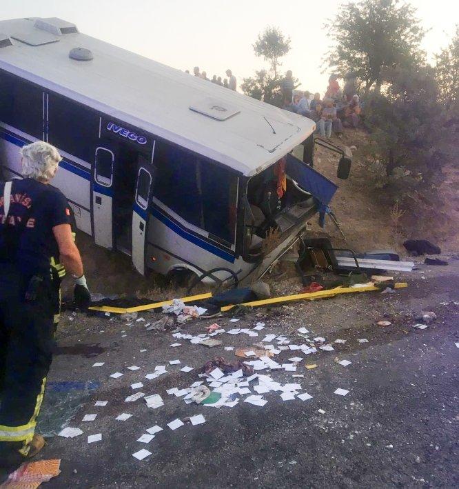 Manisa'da tarım işçilerini taşıyan midibüs şarampole devrildi: 17 yaralı