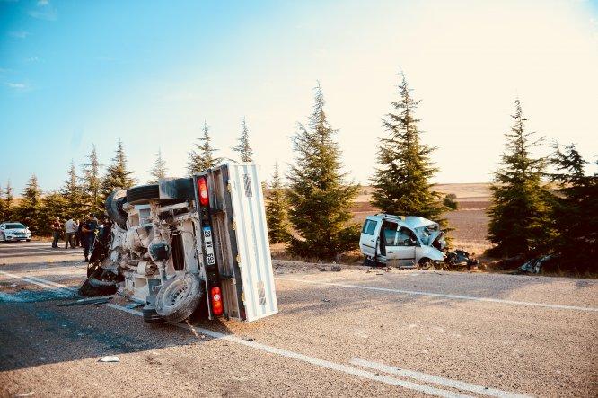 Eskişehir'de ticari araç ile kamyonet çarpıştı: 2 ölü, 2 yaralı