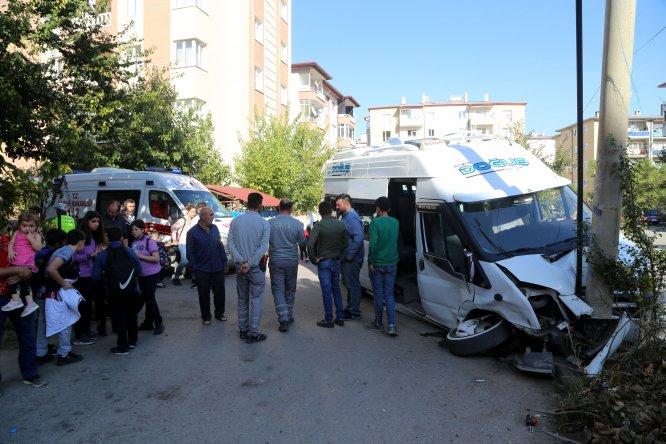 Sivas'ta öğrenci servisi ile hafif ticari araç çarpıştı: 10 yaralı