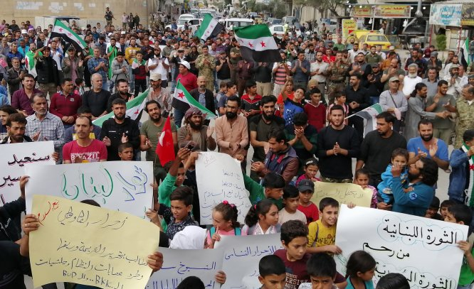 Münbiç'te yaşayanlar Esed rejimini protesto etti