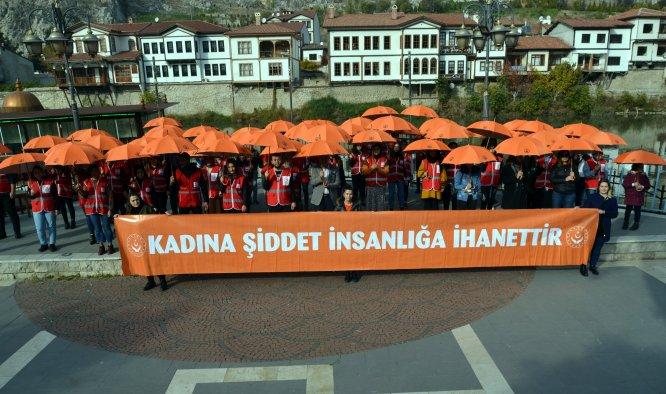 """Amasya'da kadına yönelik şiddete karşı """"turuncu şemsiye"""" açıldı"""