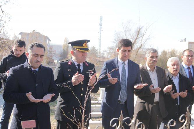 Erciş'te depremde şehit olan öğretmenler kabirleri başında anıldı