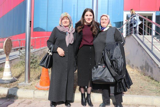 Köy okulunda görevli öğretmen annesiyle buluşturuldu