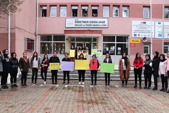 """Elazığ'da lise öğrencilerinden kadına şiddete """"makyaj""""lı tepki"""