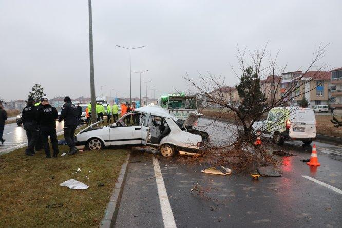 GÜNCELLEME - Kütahya'da otomobil refüjdeki ağaca ve direğe çarptı: 2 ölü, 3 yaralı