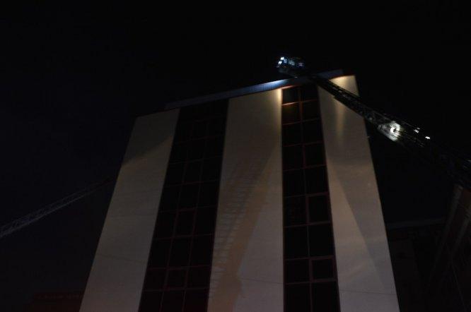 Güngören'de 4 katlı bir iş yerinin bacası alev alev yandı