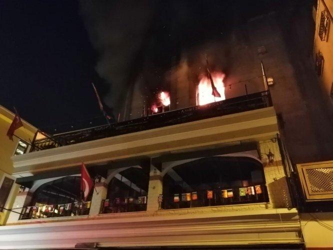 Kadıköy de 5 katlı binada korkutan yangın