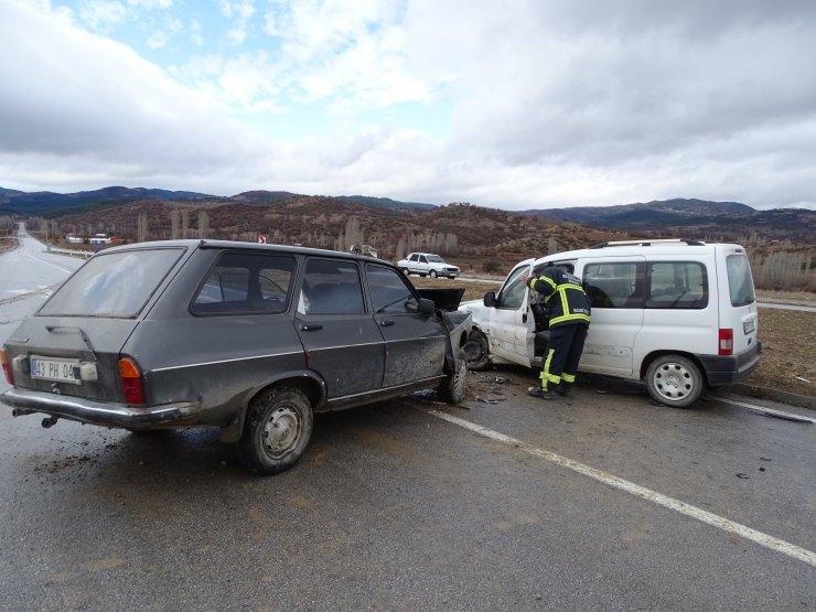 Kütahya'da hafif ticari araç ile otomobil çarpıştı: 1 ölü, 2 yaralı